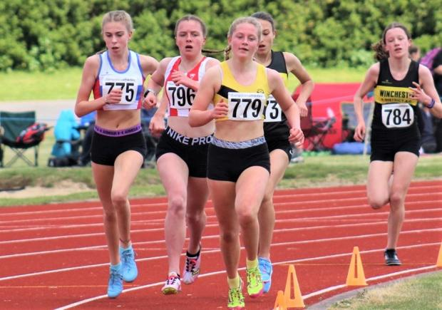 Isle of Wight County Press: Naomi Holdsworth (in yellow) leads the way in the 800m.