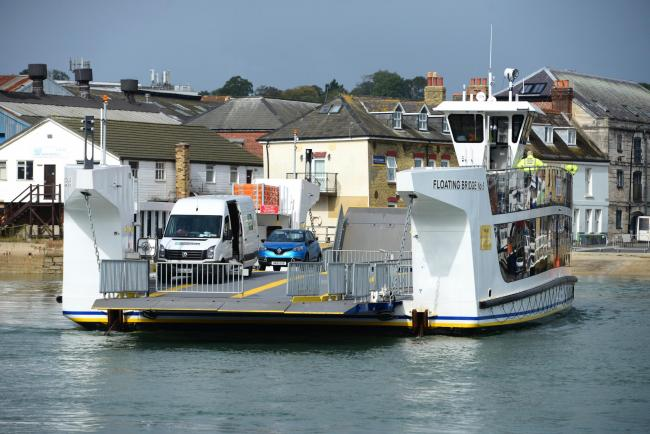 East Cowes.Floating Bridge Service Suspended..